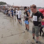 Серия 14 Япония — Японский шоу-бизнес и соревнования в бассейне из грязи